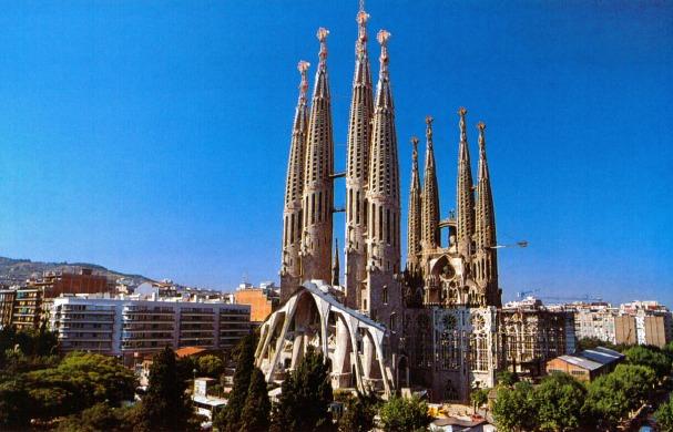 tourist_attractions_in_barcelona_la_sagrada_familia